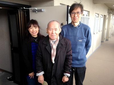 ご実家がある福岡のお父様が老人ホームへご入居されるため、神奈川県にお住まいの 息子様より倉庫化したお部屋、ベランダ、倉庫を片付けていただきたいとメールでの ご相談がありました。福岡を離れどこの業者へ相談したらよいのかとパソコンで検索 していたところ、「片付け専門の便利屋」【便利屋】暮らしなんでもお助け隊 福岡春日店のホームページを 拝見し、お客様の声や笑顔の写真の多さに信頼できる会社だなぁ~と思われたそうです。早速、メールにて相談しましたが対応も速く、とても丁寧な説明もありましたので 依頼することを決めました。福岡に帰ってきて実際にきていただいたスタッフさんも とても感じのよい方たちで安心してお任せすることができました。作業も片付け専門の 便利屋さんと言われているだけあって、段取りよく丁寧で早くてきれいな仕上がりで お掃除までしていただける何でも屋でもある【便利屋】暮らしなんでもお助け隊 福岡春日店さんへ依頼して 本当によかったなぁと思いました。すっかり片付いたお部屋をみて「安心して神奈川へ 帰ることができます。」と最後はみなさま揃って写真撮影にもご協力いただき ありがとうございました。
