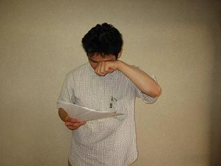 お客様の声を読み感激し涙する、便利屋・町の小さな便利屋さん(福岡)の代表 山口義人